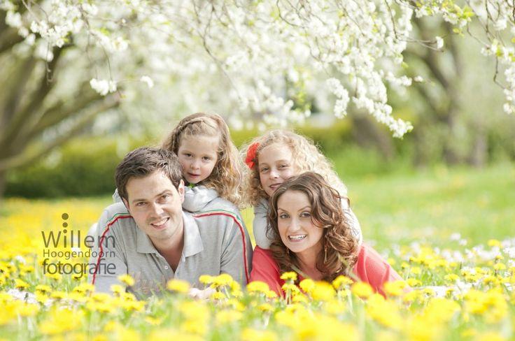 familiefoto van gezin, lente in de boomgaard door Willem Hoogendoorn Fotografie, Woerden.
