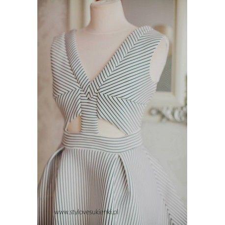Biało czarna rozkloszowana sukienka z neoprenu z wycięciami i kieszeniami