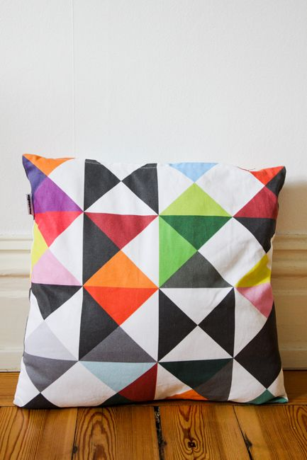 triangles: Geometric Patterns, Half Squares Triangles, Accent Pillows, Pillows Patterns, Cushions Covers, Geometric Shape, Colors Pillows, Geometric Pillows, Jigsaw Puzzles