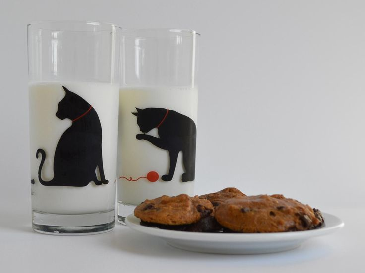 The perfect gift for the cat lover in your life. Each dishwasher-safe glass features twoblack catswith contrasting red collars and red yarn. These everyday glasses are functional works of art to enjoy year-round.