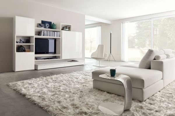 weißes wohnzimmer hochglanz wohnwand schaggy teppich