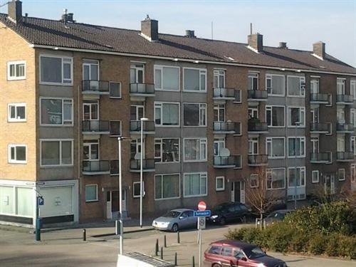 Net over de grens: de overzijde van de straat is Rotterdam. Een keurig 4 kamer-appartement op de derde verdieping van een portiek-complex met twee balkonnetjes. Een glorieus ruimtelijk uitzicht is een zeer grote pre.