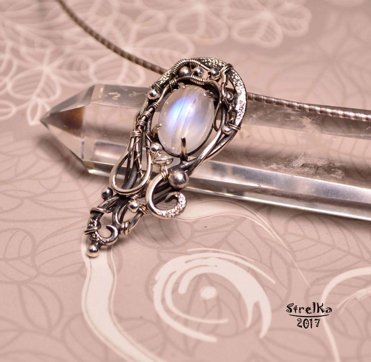 StrelKa -Авторские украшения в технике Wire Wrap    Адуляры...  Очень люблю такие асимметричные украшения, они неповторимы и уникальны!  Нежнейшее голубое сияние этого сорта лунного камня просто завораживает!