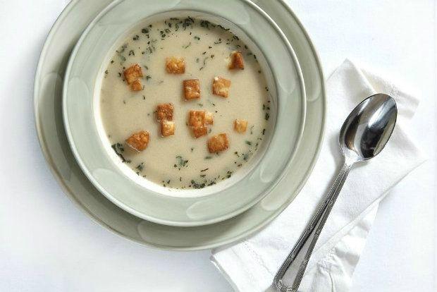 Είναι μια πανεύκολη και πεντανόστιμη σούπα με μανιτάρια και ψημένο τυρί, αρωματισμένη με μοσχοκάρυδο και πασπαλισμένη με θυμάρι και σχοινόπρασο, όπως την φτιάχνουν στο εστιατόριο «Ελαίας Γη».