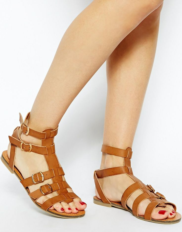 sandali da gladiatore che intozzano la caviglia