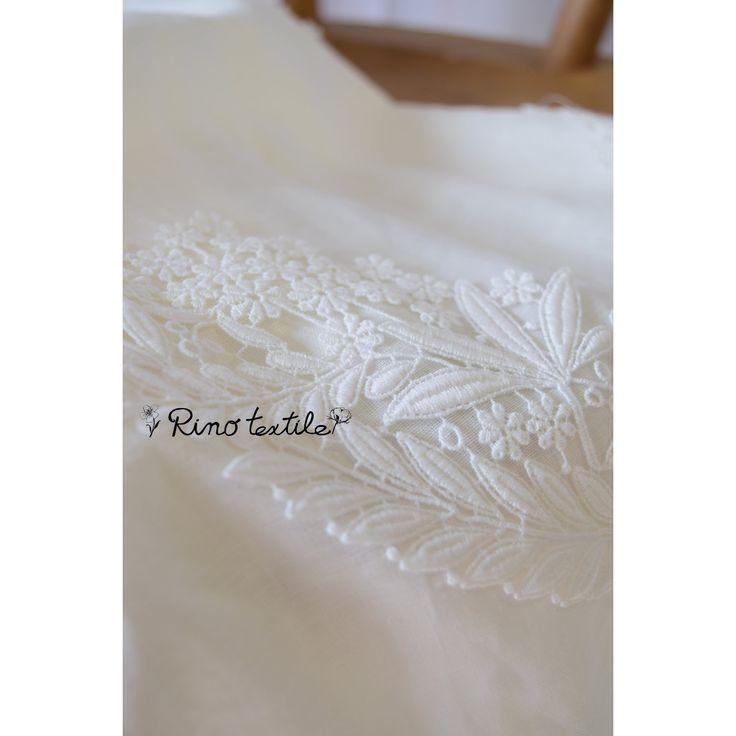 リノテキスタイルです。とってもきれいな白いお花の飾りレースを真っ白なリネンカーテンに、4枚リースのようにあしらいました。 #リノテキスタイル #リネンカーテン #オリジナル #スタイルカーテン #リース #ティアラ #レース
