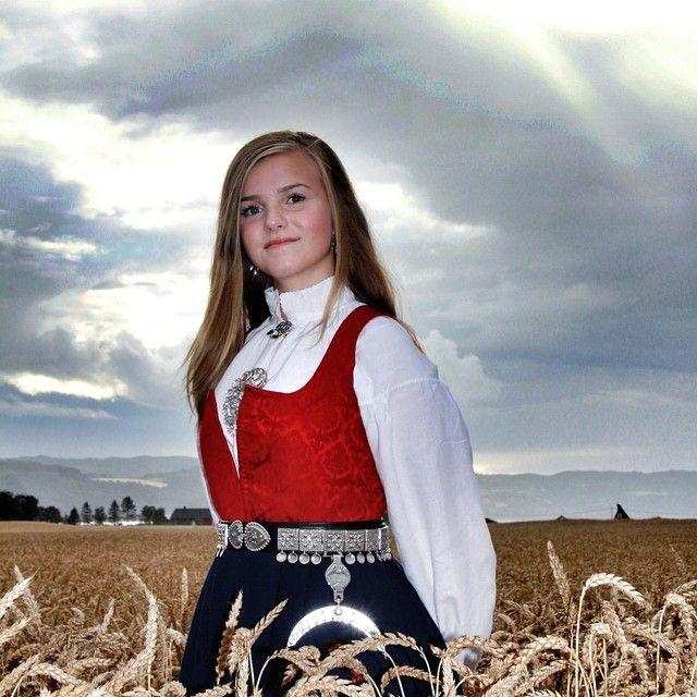 #fotoshoot #konfirmasjon #girl #beautiful #amazing #vakker #øysand #sky #natur #instavær #skyporn #norwegianbunad #nasjonaldrakt #bunad #cloudporn #åker #instasky #instanature #tradisjonshåndverk #norwegianart