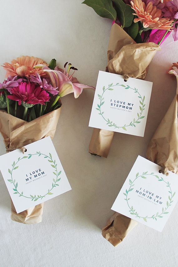 Pretty gift tags for Mother's Day flowers - diy printable mothers day wreath gift cards