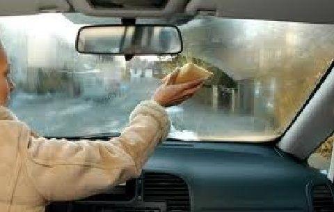 Comment empêcher les vitres de votre auto d'embuer l'hiver