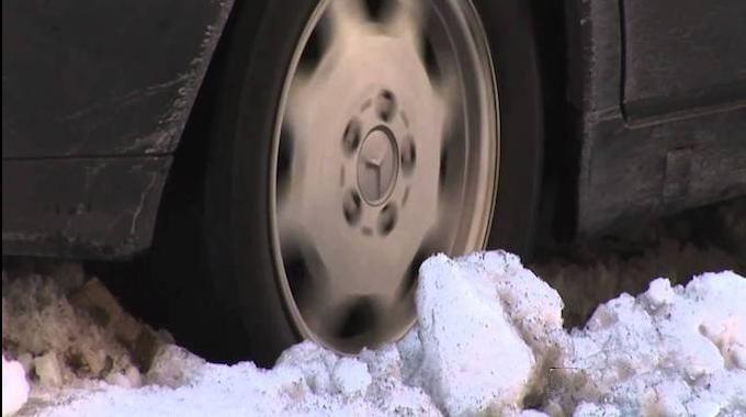 Vos roues patinent et vous n'arrivez plus à la bouger ? Pas besoin d'appeler une dépanneuse qui va vous coûter une fortune ! Il existe une astuce toute simple pour empêcher vos roues de patiner. L'astuce est de mettre du sable directement sous les pneus qui patinent.   Découvrez l'astuce ici : http://www.comment-economiser.fr/comment-debloquer-une-voiture-qui-patine-dans-la-neige.html?utm_content=buffer2e9ae&utm_medium=social&utm_source=pinterest.com&utm_campaign=buffer