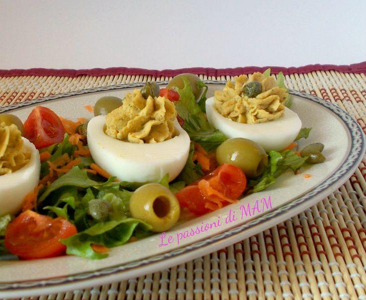 Uova farcite di tonno con olive e capperi, ricetta di antipasto e finger food gustoso, saporito e facile da preparare, ricetta di Pasqua. Blog Giallo Zafferano