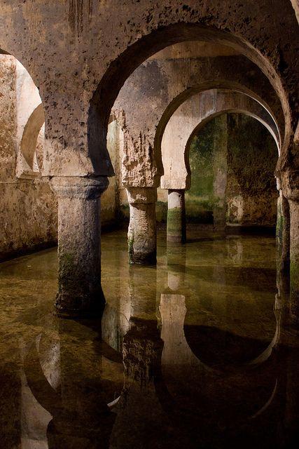 Aljibe de  Cáceres, Extremadura. Aljibe musulmán bajo el Palacio de las Veletas. Aljibe hispano-árabe es uno de los restos que ha pervivido de la alcazaba militar almohade. Este almacén de agua, es uno de los más grandes de su época.
