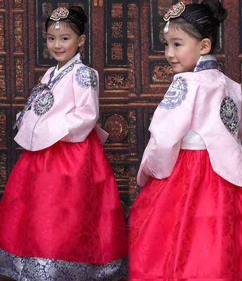 O has this princess-style hanbok with a green jacket.