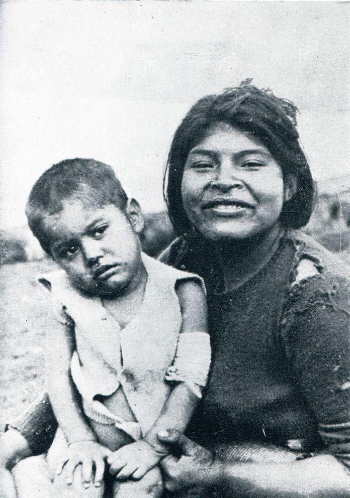 """Madre e hijo alacalufe. Foto de Joseph Emperaire. S/F. En: """"Los Nómades del Mar"""". Joseph Emperaire. Ediciones de la Universidad de Chile. 1963."""