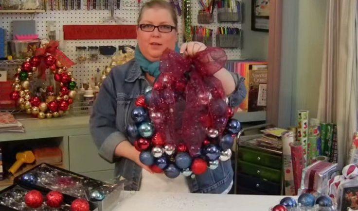 So kannst du einen Weihnachtskranz aus Weihnachtsbaumkugeln in zehn Minuten herstellen.