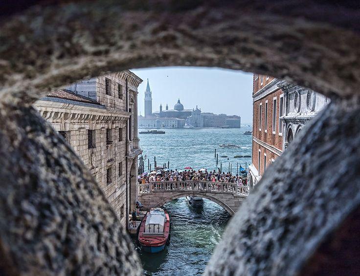La lagune de Venise vue depuis le Pont des Soupirs. Voilà la dernière vision qu'avaient les condamnés avant d'être enfermés en prison.