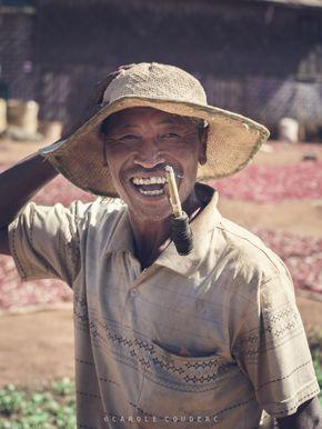 Belles rencontres lors du trek de Kalaw au Lac Inle, en Birmanie. Un agriculteur de chili.