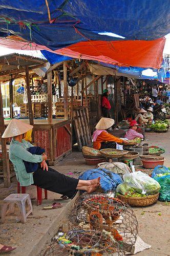 Street Market in Hoi An, Vietnam.  Dat Hoi An niet langer dé handelsstad is, dat wisten we wel.. Toch wordt er nog veel gehandeld, zo ook gewoon op straat. #3TBBC #NHTV