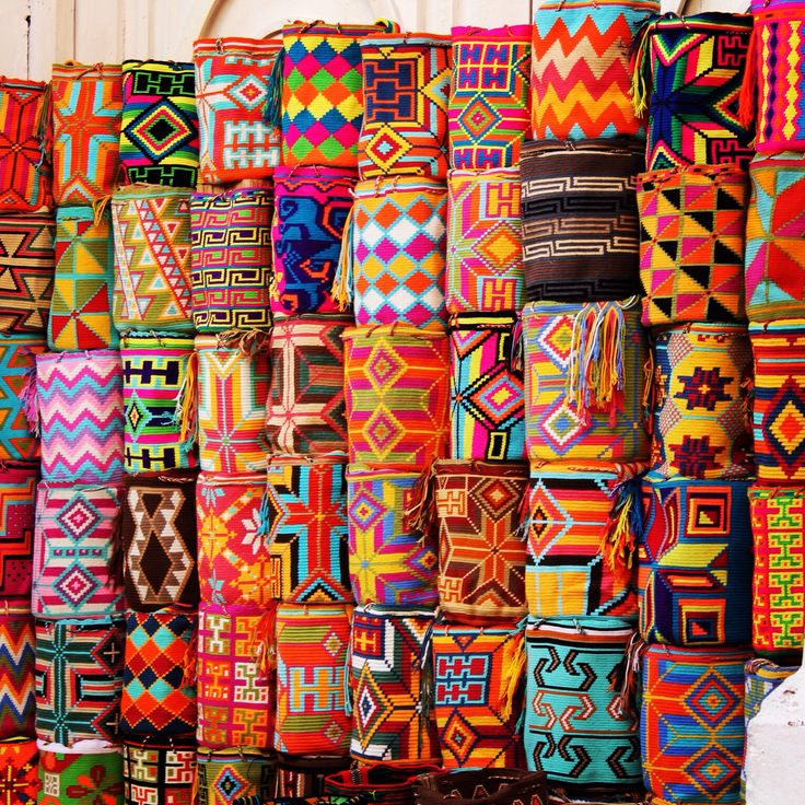 The Wayúu are and indigenous folk of Colombia living in Guajira, on the norther coast of the country. They produce unique bags using traditional weaving techniques. According to a myth, these techniques were taugth to the Wayúu women by an ancient spider... #wayúu #Tradition #art #handicraft #weaving #guajira #colombia #travelandmakeadifference #indigenous