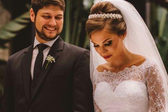 Belíssima noiva Juliana Fonseca com a tiara floral cravejada na zircônias e strass swarovisk.