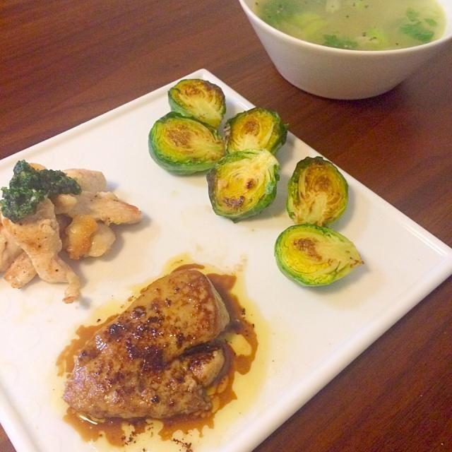 フォアグラのソテーはバルサミコ酢でソース。 鳥肉のソテーはパセリで作ったジェノバソース。 芽キャベツはニンニクで炒めて味付けは塩のみ。 玉ねぎとセロリと鳥肉のスープ。 意外と簡単で美味しかった! - 94件のもぐもぐ - 半額だったフォアグラでお昼ごはん by yuko710