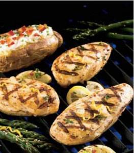 Do średniej wielkości miski wrzuć pokrojone składniki. Połącz z sosem barbecue, miodem, sokiem i kawałkami mięsa. Na końcu dodać pieprz. Odstaw wszystko na 24 godziny do lodówki. Nabijać na przemian: mięso, paprykę i kawałki ananasa. Rozgrzać grilla i grillować szaszłyki 4-6 minut z każdej strony, odwracając i polewając marynatą.