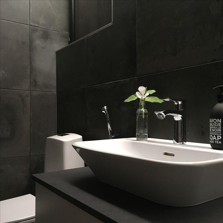 Musta kylpyhuone. My home @raksatarinoita #kylpyhuone #bathroom #black #modern