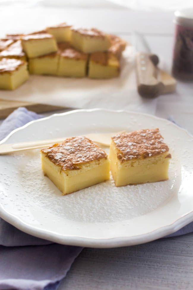 Το μαγικό κέικ με τις τρεις στρώσεις και τη μία ζύμη. Πάνω, μία στρώση αφράτου, μυρωδάτου κέικ, στη μέση μία στρώση πλούσιας κρέμας ζαχαροπλαστικής, και κάτ