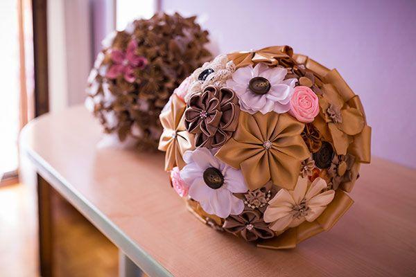 Un real wedding low cost con i fiori di stoffa