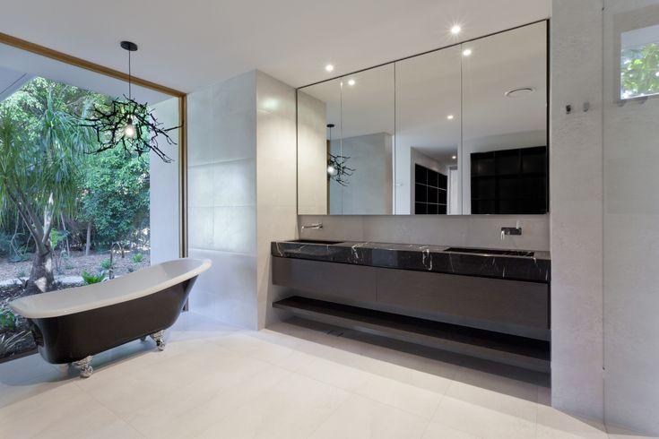 Utiliza muebles y espejos que ocupen gran parte del espacio de los baños, esto dará una sensación de amplitud y limpieza. Combina colores claros y tierra para darle un ambiente de calma. #diseño #baños #arquitectura #decoracion #modernidad #decorar #tendencias