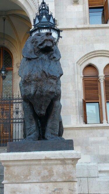 Parlament - Főbejárat , Oroszlán ( jobb oldali )