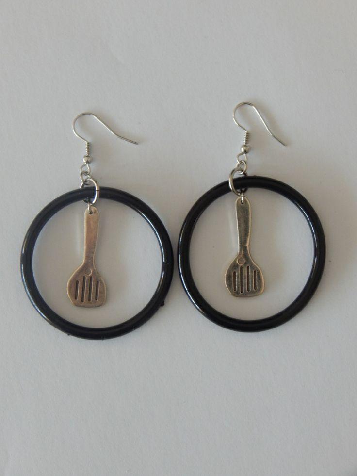 (70) σκουλαρίκια με κρίκο μαύρο και κουτάλα http://laxtaristessyntages.blogspot.gr/p/blog-page_2315.html