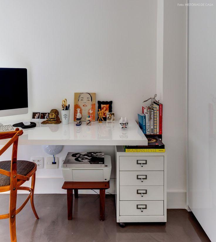 Home office compacto instalado em um trecho do dormitório dos moradores