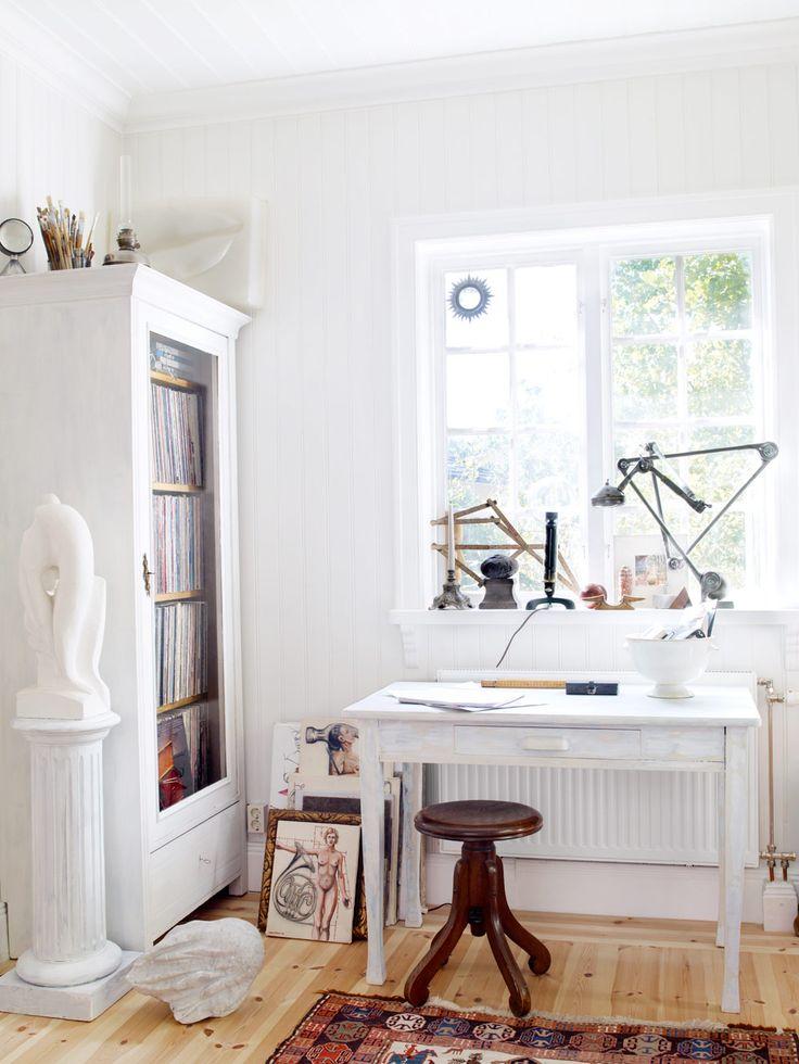 """""""Jag tycker att det är snyggt och kul att bevara gamla prylar."""" På senare tid har Peter börjat ägna sig mer åt att snickra skåp och vitriner av spröjsade gamla fönster. I klädskåpet förvaras vinylsamlingen. Skrivbord, 1900-tal. Lampan består av en svarvlampsarmatur med cykellampa och modern halogenbelysning, byggd av Peter."""