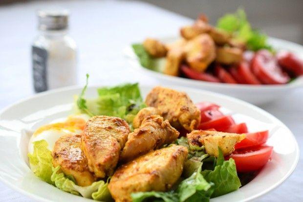 Auf der Suche nach einem schnellen und unkomplizierten Low Carb Abendessen? Wir haben einen schnellen Chicken-Curry-Salat entdeckt.