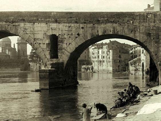 Verona storica - l'Adige e lavandaie a Ponte Pietra - fotografia 1870 circa.
