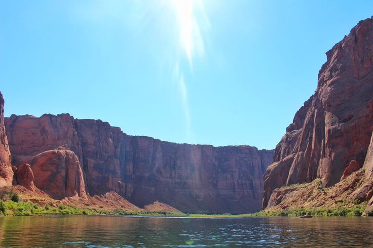 On the Colorado river, entering the Horseshoe Bend by raft  🛶 These canyon walls are 1000ft/300m high ⛰