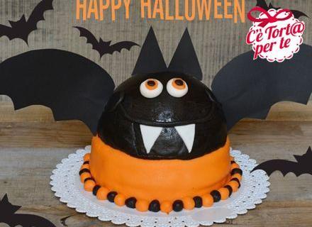 """La notte delle streghe si avvicina e si preparano biscotti e torte per festeggiare. Questa volta tocca ad un pipistrello essere il protagonista della festa. Simpatico ma anche """"mostruosamente spaventoso"""", il nostro pipistrello vi augura un felice #Halloween.  Clicca e scopri la #ricetta..."""