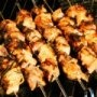 Brochetas de pollo   4 de pechugas de pollo , deshuesadas y sin piel   1 de pimiento rojo , cortado en cuadros   1/2 taza de vinagre balsámico   1 cucharada de cebolla , picada   1 cucharada de azúcar morena   1/2 de cebolla , en cubos   2 cucharadas de aceite vegetal   2 dientes de ajo   1 cucharada de pimienta negra   1/2 cucharada de curry en polvo   1/2 taza de jugo de tomate