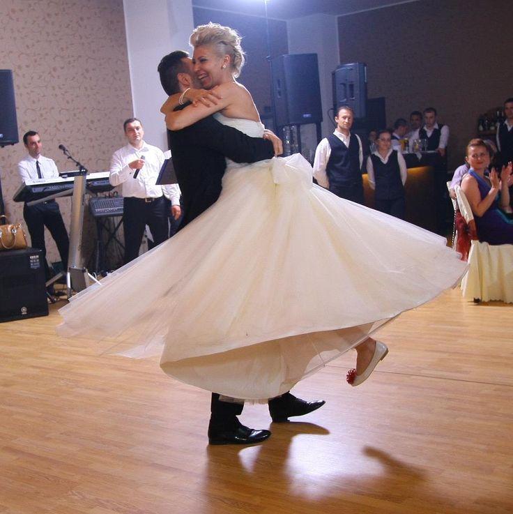 http://www.lotusdance.ro/cursuri-dansul-mirilor/ Cursuri dansul mirilor - dans de nuntă - Lotus Dance
