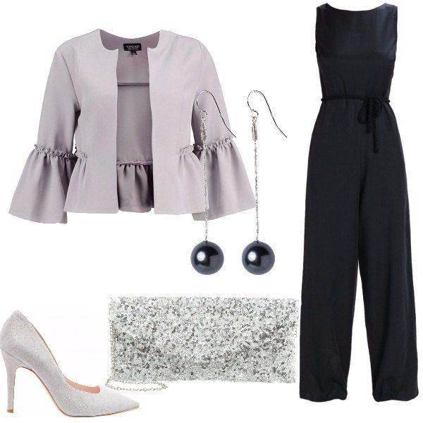Una jumpsuit nera viene proposta con una giacca grigia con maniche ampie. Le scarpe sono delle classiche décolleté e la borsa grigia ha dei brillantini. Per completare la composizione, si possono aggiungere degli orecchini con pendenti di perla nera.