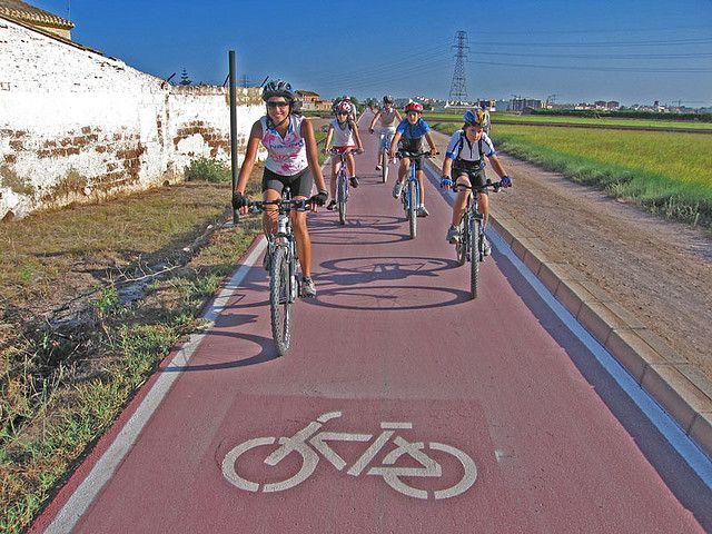 valencia carril bici por los campos valencianos. Paseo en bici entre barracas y campos de arroz. valencia