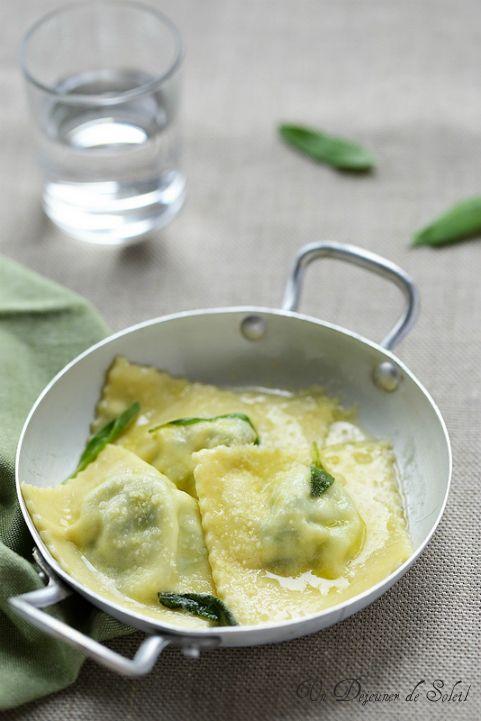 Raviolis à la ricotta et aux épinards avec du beurre fondu à la sauge (pour 4 personnes)