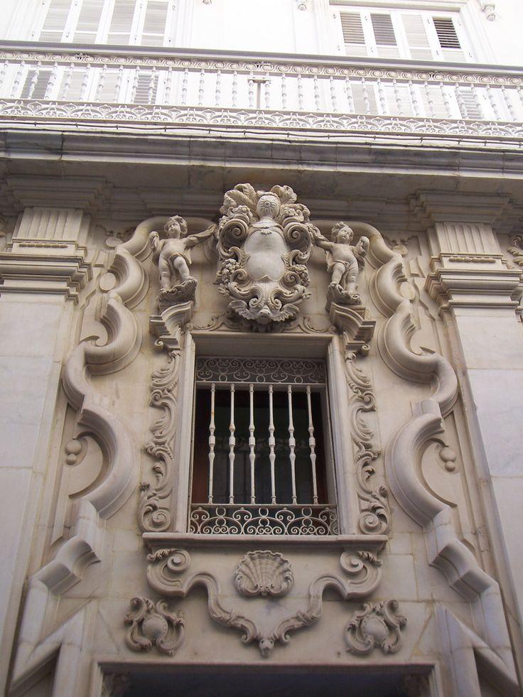 Portada de marmol de la calle Ancha de Cádiz | La Calle Ancha está llena de grandes palacios que recuerdan lo importante que llegó a ser esta ciudad.