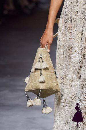 La pasarela hippie de Christian Dior, ¡te va a encantar! Christian Dior, Estilo Hippy, Boho Chic, Reusable Tote Bags, Outfits, Fashion, Summer Time, Types Of Shoes, Walkway