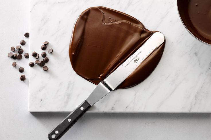 Het bewerken van chocolade is een echte kunst. Met deze tips & tricks leer je de specifieke technieken om te tempereren. Zo sla je de bal nooit mis!