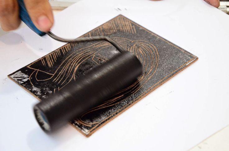 por Alexandre França     Xilogravura significa gravura em madeira. É uma antiga técnica, de origem chinesa. Na xilogravura se utiliza uma p...