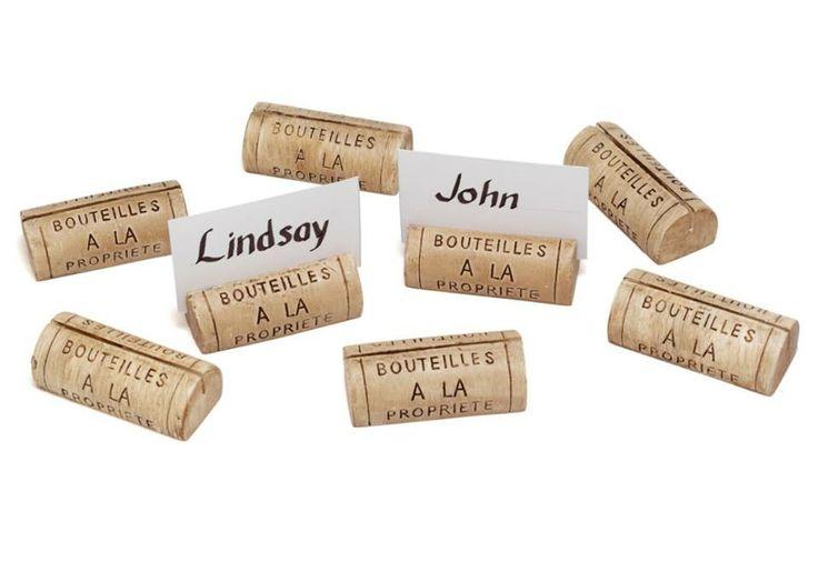Una manera estupenda de reciclar corchos e indicar a cada uno de nuestros invitados cual es su lugar en la mesa!!