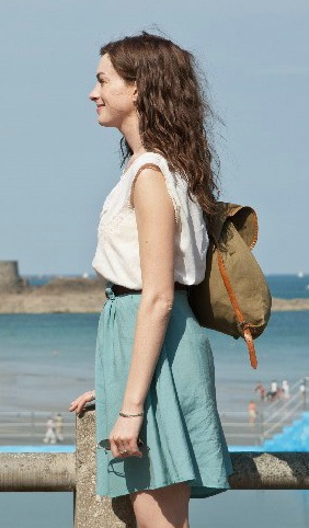 Anne Hathaway in One Day - like this relaxed probably linen skirt with loops for a nice belt
