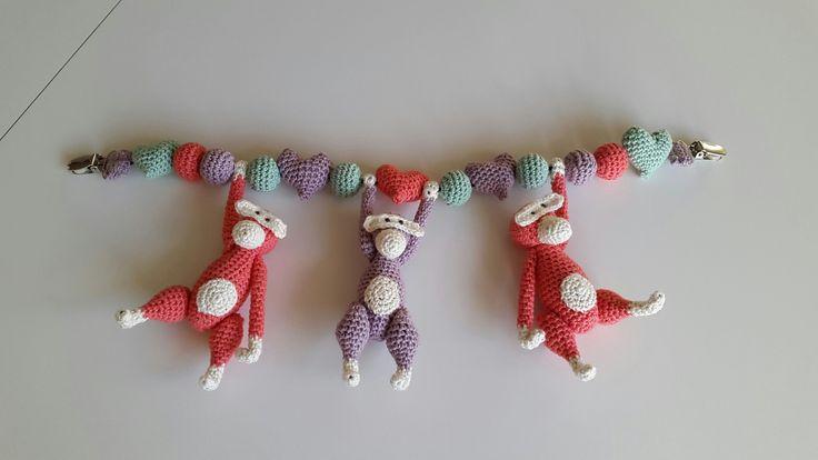 Barnevognskæde med små aber. Inspireret af hækleopskrifter.dk